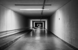 Leerer dunkler Tunnel nachts einfarbig Lizenzfreie Stockbilder