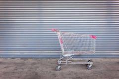 Leerer Einkaufswagen auf naher Ladent?r stockbilder