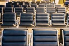 Leerer Flughafenabfertigungsgebäudewartebereich mit Stühlen nachts, Reisekonzept lizenzfreie stockfotos
