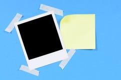 Leerer Fotodruck mit gelber klebriger Anmerkung Lizenzfreies Stockfoto