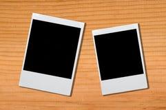 Leerer Fotorahmen auf braunem Holz Stockfotos