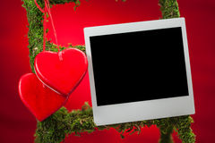 Leerer Fotorahmen auf rotem Hintergrund Stockbilder