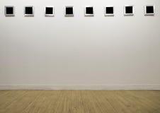 Leerer Fotorahmen in der modernen Galerie Stockbilder