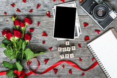 Leerer Fotorahmen, Retro- Kamera der Weinlese, Blumen und Notizbuch mit ich liebe dich Aufschrift Stockfoto