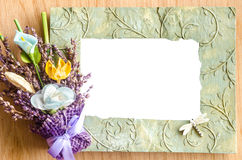 Leerer Fotorahmen und Rosarose auf hölzernem Hintergrund Lizenzfreies Stockfoto