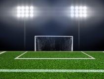 Leerer Fußballplatz mit Scheinwerfern Stockfotos