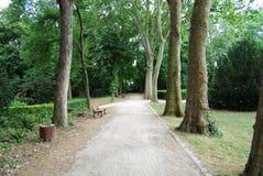 Leerer Fußweg im Heilig-Denis-Park Stockbild