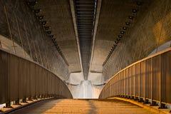 Leerer Fußweg unter der enormen konkreten Brücke lizenzfreies stockbild