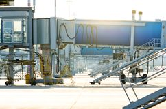 Leerer Gatterschreibtisch Flughafenjet-Brücke Flughafen jetway, aerobridge, skybridge Passagierlandungsbrücke Lizenzfreies Stockbild