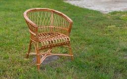 Leerer geflochtener Stuhl lizenzfreies stockfoto