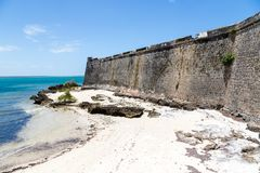 Leerer gelb-weißer Sandwüstestrand, Fort San Sebastian Sao Sebastiao, Mosambik-Insel Ilha de Mocambique, der Indische Ozean lizenzfreie stockfotografie