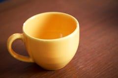 Leerer gelber Tasse Kaffee stockfotos