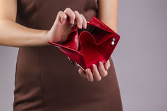 Leerer Geldbeutel in den Händen Stockfoto