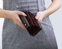 Leerer Geldbeutel in Frauen ` s Händen Stockfoto