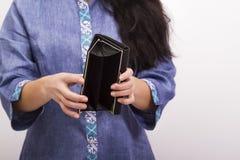 Leerer Geldbeutel in Frauen ` s Händen; kein Geld Lizenzfreie Stockbilder