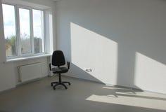 Leerer Geschäftsraum und -stuhl Stockfotos
