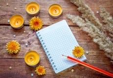 Leerer gewundener Notizblock, roter Bleistift, Aromakerzen Lizenzfreie Stockbilder