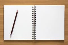 Leerer gewundener Notizblock und Bleistift Lizenzfreie Stockbilder