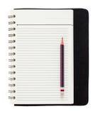 Leerer gewundener Notizblock und Bleistift lokalisiert auf Weiß Stockfotografie