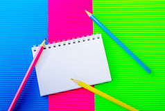 Leerer gewundener Notizblock und bunte Bleistifte Stockfotos