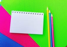 Leerer gewundener Notizblock und bunte Bleistifte Lizenzfreie Stockfotos