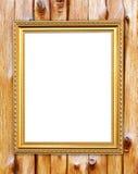 Leerer goldener Rahmen auf hölzerner Wand stockfoto