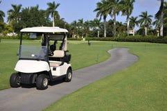 Leerer Golfwagen durch Golfplatz Stockfotos