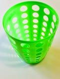 Leerer grüner Plastikkorb lokalisiert Stockfoto
