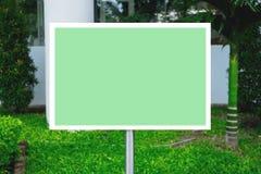 Leerer grüner Wegweiser für Text Stockfotografie