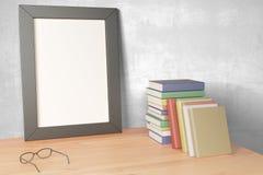 Leerer grauer Bilderrahmen auf Holztisch mit Brillen und pil vektor abbildung