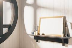 Leerer hölzerner Bilderrahmen auf braunem hölzernem Regal bei Sonnenaufgang Lizenzfreie Stockfotografie