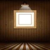 Hölzerner Bilderrahmen im Schmutzinnenraum Stockbilder