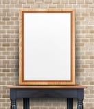 Leerer hölzerner Fotorahmen, der an der Backsteinmauer auf Weinleseholz t sich lehnt Stockfoto