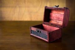 Leerer hölzerner Kasten auf dem Tisch Stockbild
