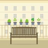 Leerer hölzerner Park-Stuhl am Balkon Stockfoto