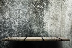 Leerer hölzerner Regalzähler auf grungy Betonmauer für Anzeige stockfoto
