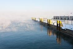 Leerer Hafen neben nebelhaftem Meer Stockbild