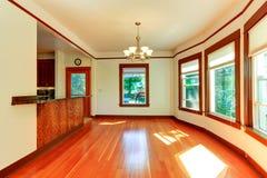 Leerer Hausinnenraum im weichen Elfenbein mit brauner Ordnung lizenzfreie stockbilder
