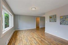 Leerer Hausinnenraum mit hellblauen Wänden Lizenzfreies Stockfoto