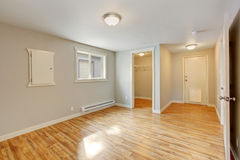 Leerer Hausinnenraum Schlafzimmer mit Weg im Wandschrank Lizenzfreie Stockfotos