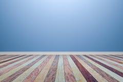 Leerer hellblauer Innenraum mit Bretterboden, für Anzeige von Stockfoto