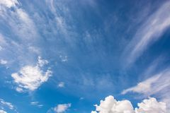 Leerer Himmel ist mit weißen Wolken blau stockbilder