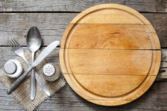 Leerer Hintergrund des Tischbestecks und der Schneidebrettnahrung der Weinlese Stockbild