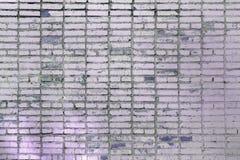 Leerer Hintergrund von lila Ziegelsteinen Alte Backsteinmauer, mit Flecken Beschaffenheit der Maurerarbeit Stockfotografie