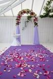 Leerer Hochzeitsbogen nach der Zeremonie stockfotos