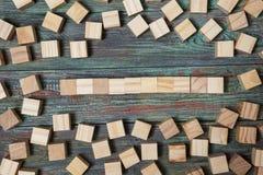 Leerer Holzklotz, der auf einer Struktur gemacht von vielen anderes blo sich lehnt Stockfotos