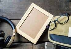 Leerer Holzrahmen auf hölzernem Hintergrund der Weinlese Stockfotografie