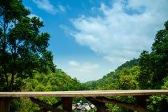 Leerer Holzstuhl und lange Tabelle auf Terrasse mit Landschaft-moun Stockbilder