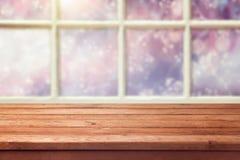 Leerer Holztisch über Fenster mit Winterhintergrund Stockfotos