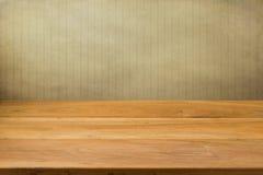 Leerer Holztisch über gestreiftem Hintergrund des Schmutzes. Stockfoto